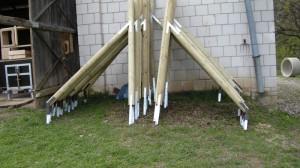 Słupki z impregnowanego drewna czekają na montaż.