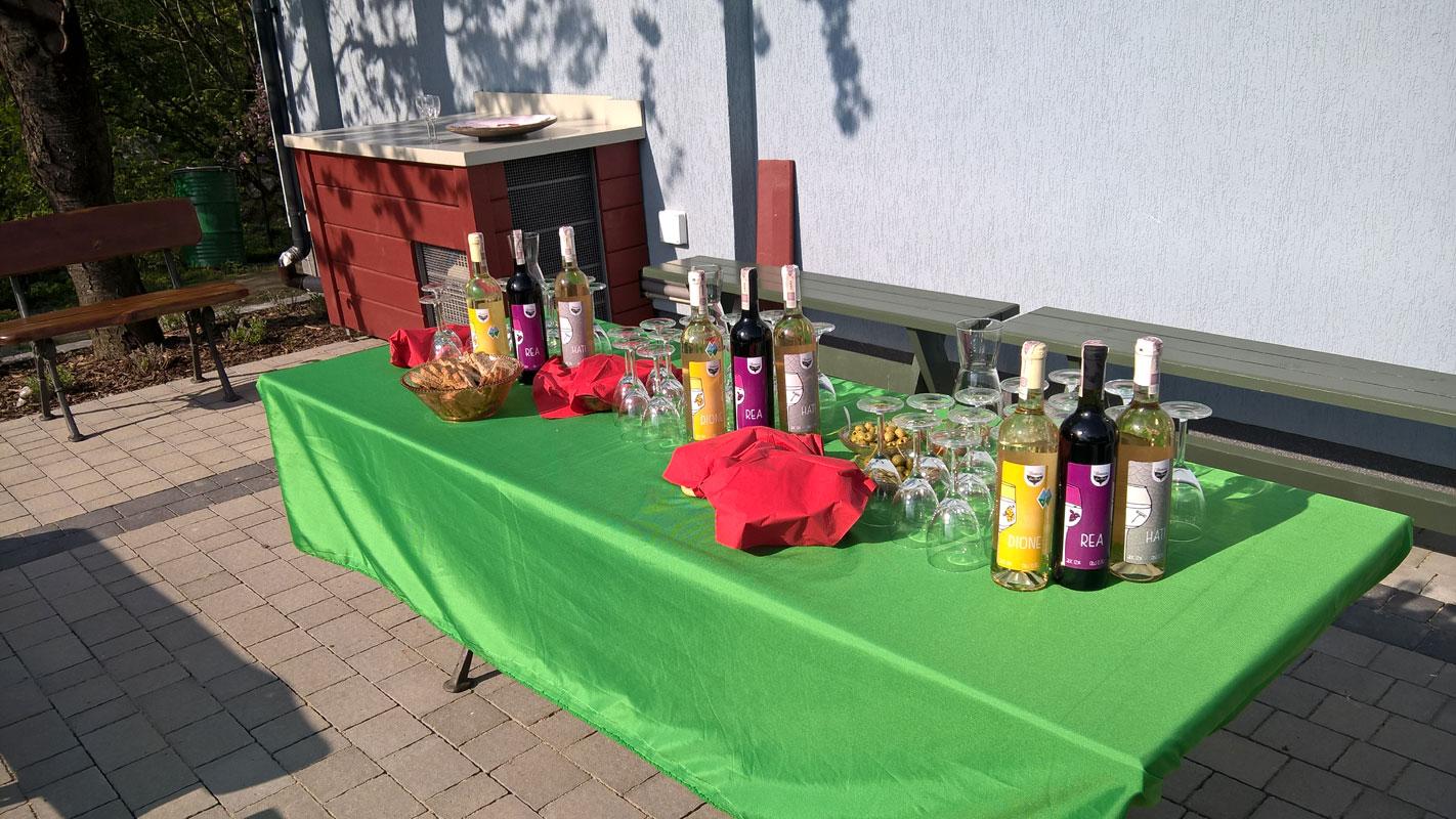 Stół przed winiarnią przygotowany dla gości
